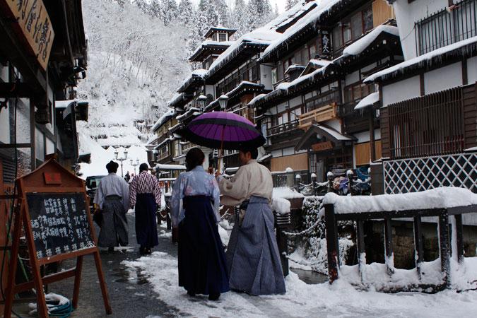銀山温泉 貸衣装なんかもあるようで、場所にぴったりの装いに変身も出来ます。